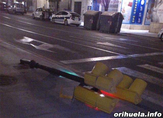 Un semáforo se desploma en pleno centro