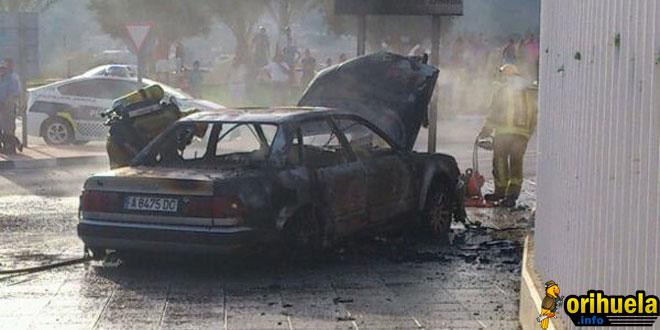 Un coche arde y explota en el Palacio del Agua