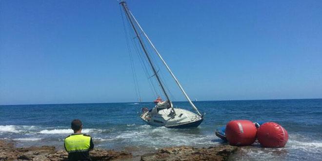 La Policía Local y los servicios de salvamento de Orihuela desencallan un velero en Punta Prima