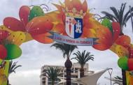 El pintor Ángel Carrasco Junquera elabora un arco para las fiestas patronales de Algorfa en honor a la Virgen del Carmen