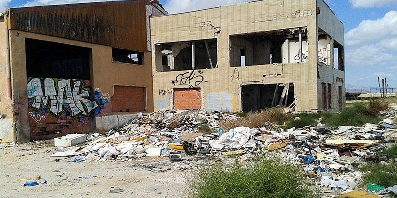 Defensa de la Huerta denuncia la existencia de una nave abandonada y con techo de amianto junto al I.E.S. Vega Baja