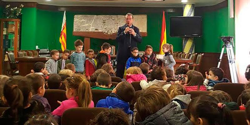 150 escolares visitan el Ayuntamiento de Benejúzar para celebrar el Día de la Constitución