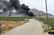 Un incendio arrasa un desgüace de coches en Orihuela