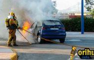 Un coche queda calcinado por una fuga de combustible en la carretera de La Matanza a Benferri