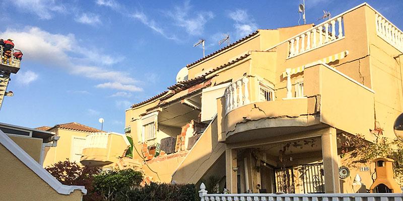 Una vivienda se derrumba con habitantes en su interior en Campoamor
