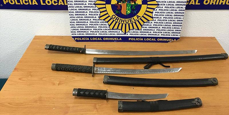La Policía Local detiene a dos personas que entraron a robar a una casa armados con catanas
